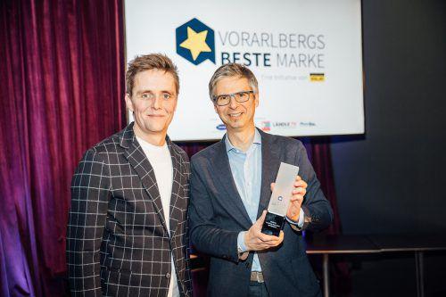 Alexander Kappaurer (r.) durfte für die Firma Sutterlüty den Preis für die Beste Marke aus den Händen von VOL.at-GF Georg Burtscher entgegennehmen. VN/Sams