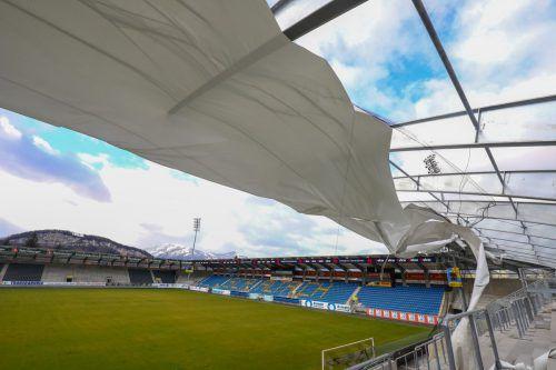 Altach In der Nacht wurde auch das Dach der Nordtribüne des Schnabelholz-Stadions in Mitleidenschaft gezogen. Das Heimspiel am Samstag ist jedoch nicht gefährdet.VN/Hartinger