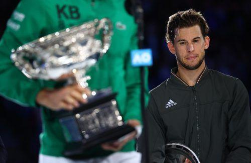 """Am Ende hielt der """"König von Melbourne"""", Novak Djokovic, die Trophäe für den Grand-Slam-Sieg in den Händen. Dominic Thiem durfte sie nur enttäuscht anschauen.Reuters"""