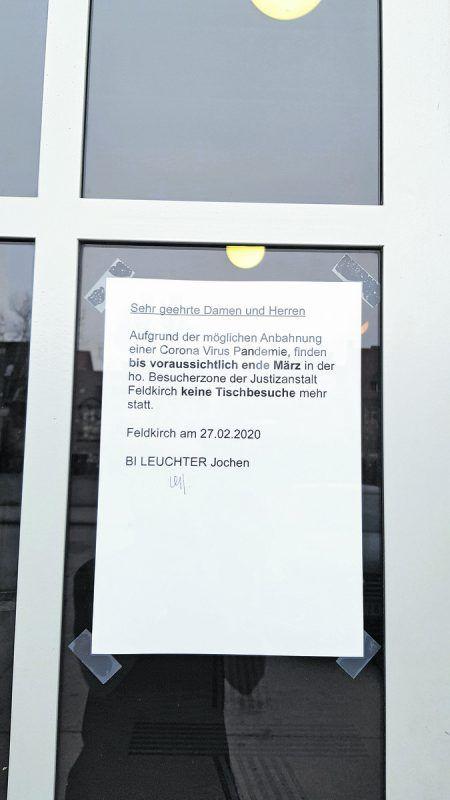 Am Landesgericht Feldkirch informiert ein Anschlag direkt am Haupteingang.