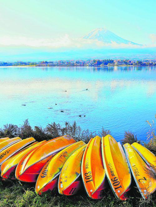 Am Ufer des Kawaguchi-Sees liegen zahlreiche Kanus für die Touristen bereit. Shutterstock (5)