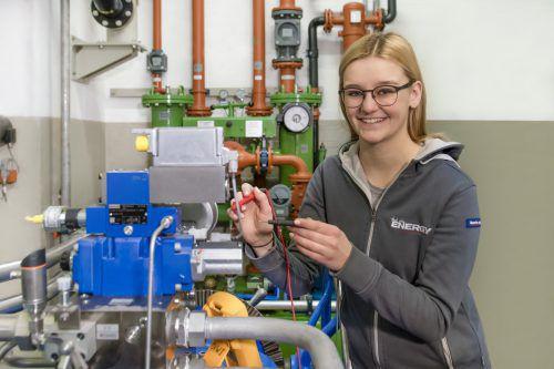 An der Elektrotechniklehre gefällt Sonja Fritsch vor allem, dass sie so abwechslungsreich ist. illwerke vkw/saly photographie