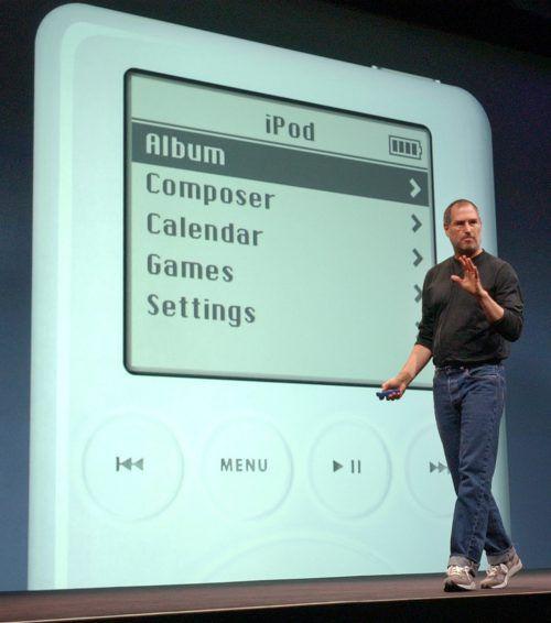 Apple-CEO Steve Jobs bei der Präsentation des ersten iPods 2003.AP