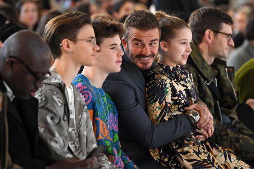 Auch David Beckham verfolgte mit seinen Kindern die Schau seiner Frau Viktoria. afp