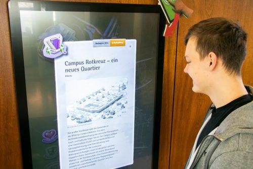 Auf einem 55-Zoll-Bildschirm kann man aktuelle Projekte einsehen. Gemeinde