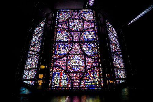 Ausgangspunkt für die Motive sind die Fenster von Chartres.
