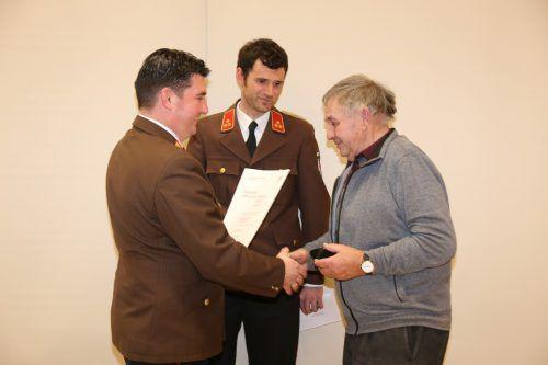 Auszeichnung für Engelbert Flatz für 60 Jahre Dienst bei der Feuerwehr.