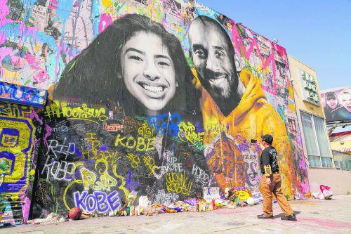 Basketballstar Kobe Bryant und Tochter Gianna wurden in Los Angeles überlebensgroß auf einer Wand verewigt.ap