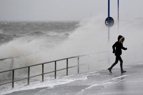 Begleitet werden soll der Orkan vielerorts von Windgeschwindigkeiten von rund 120 Kilometern pro Stunde. Reuters