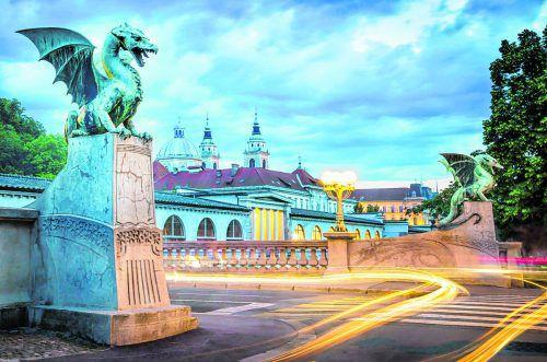 """Besonders zur """"blauen Stunde"""" ist die Drachenbrücke schön zu fotografieren."""