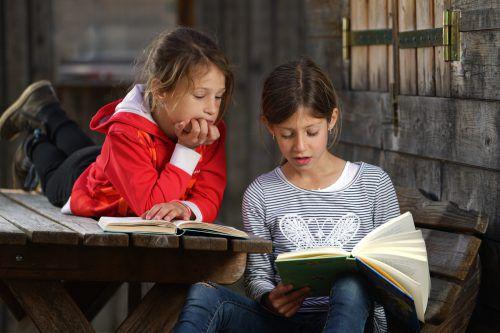 An die Bücher, fertig, los! Auch Lisa und Jana aus Andelsbuch wissen: Lesen macht nicht nur Spaß, sondern auch schlau. L. berchtold