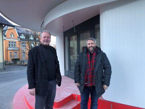 Bürgermeister Christian Loacker und Amtsleiter Konrad Ortner vor der neuen zentralen Anlaufstelle für Bürger. VN/Schweigkofler