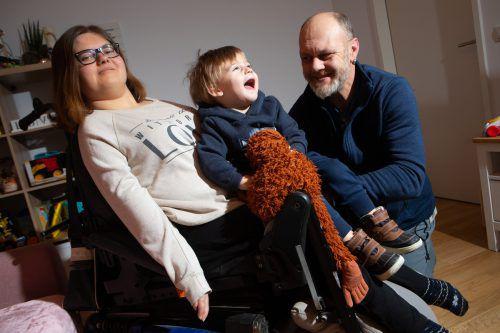 Chiara mit ihrem Sohn Lukas und dessen Opa Bertram. Wenn Chiara Schule hat, kümmert sich Chiaras Mutter um Lukas.Hartinger