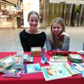 """<p class=""""caption"""">Chiara und Laura Ante waren aus Rankweil nach Bürsa gekommen um CDs, Taschen und vieles mehr zu verkaufen. NIC</p>"""