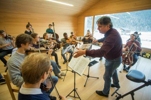 Christoph Eberle mit dem Kammermusikensemble Quarta 1/4 seiner Quarta 4 Länder Jugendphilharmonie bei den Proben in Bizau. VN/Paulitsch