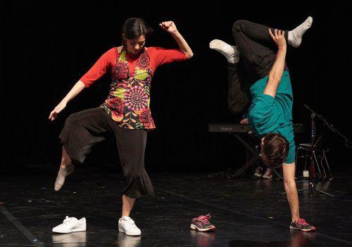 """""""CreaRedes"""" ist ein Stück mit Tanz, Text und Musik über das Verbindende in der Kunst. anja Köhler"""