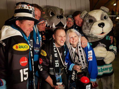 Daniela Wetzel von den Dorobira Ishacklar feierte mit den Fans der Black Wings Linz.privat