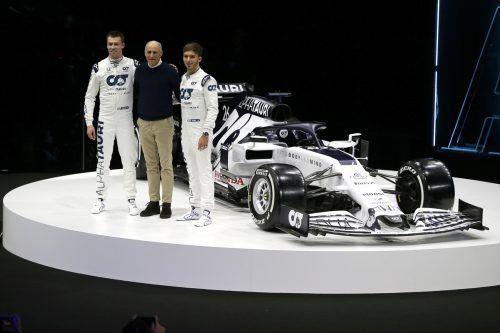 Daniil Kvyat, Franz Tost und Pierre Gasly stellten das neue Auto von Alpha Tauri in Salzburg vor.gepa, mercedes
