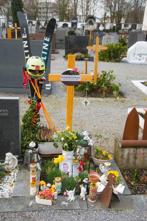 Das Grab von Michael Perauer in Bregenz. Seine Familie hält die Erinnerung an ihren ermordeten Sohn und Bruder am Leben.VN/Paulitsch