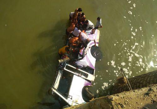 Der Busfahrer hat die Kontrolle über das Fahrzeug verloren. AP