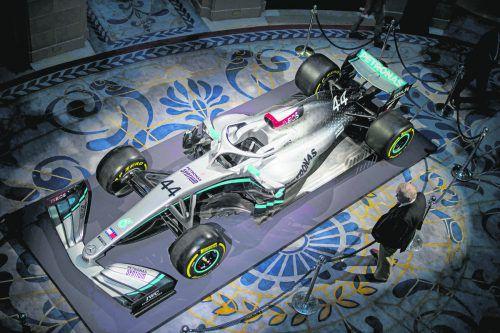 Der neue Mercedes-Geldgeber ist mit dem Logo in roter Untermalung hinter dem Fahrersitz prominent platziert. apa
