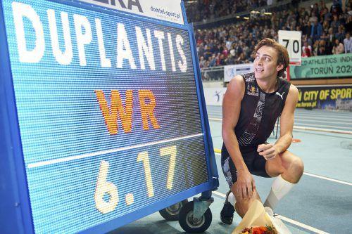 Der neue Rekordhalter Armand Duplantis und die neue Rekordmarke.afp