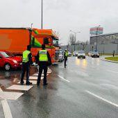 79-jähriger Fußgänger bei Messekreuzung von Lkw erfasst