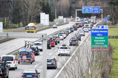 Der Stau auf der Autobahn führt zu starkem Ausweichverkehr im Raum Bludenz. VN/Lerch