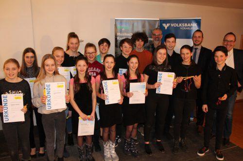 Die ausgezeichneten Nachwuchsmusiker zeigen stolz ihre Urkunden.Musikschule RAnkweil-Vorderland