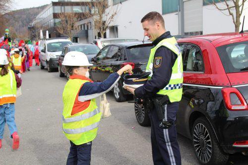 Die Bauarbeiter der 3c der VS Tosters versorgten die Polizei mit Zuckerle.