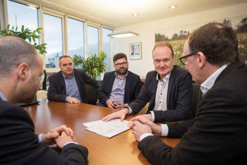 Die Bürgermeister des Vorderen Bregenzerwaldes überreichten am Dienstag eine Petition im Landhaus. VN/Paulitsch