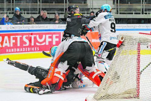 Die Dornbirn-Stürmer Tomi Körkkö und Kevin Macierzynski mühen sich gegen Linz-Torhüter Jeff Glass und Troy Rutkowski ab.Stiplovsek