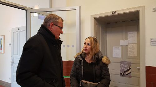 Die Klägerin mit ihrem Anwalt Andreas Ermacora beim Zivilprozess.eckert