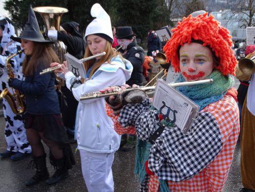 Die maskierte Bürgermusik begleitet den Meisterumzug musikalisch, ehe zahlreiche Partys zur Freinacht locken.