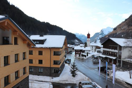Die neue Hotelanlage im Zentrum von Klösterle fügt sich harmonisch in das Ortsbild der Klostertaler Kleingemeinde ein. MEK