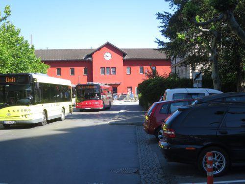 Die Parkplätze rechtwinklig zur Bahnhofstraße sollen weichen. Die Anrainer kündigen Widerstand an.HA