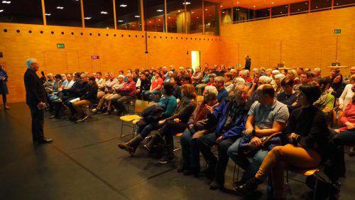 Die Präsentation sorgte für einen gut gefüllten Gemeindesaal, einige Besucher bekundeten auch Interesse an den Wohnungen. egle (2)