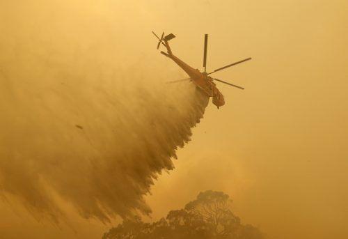 Die Regenfälle könnten der Feuerwehr beim Löschen der Buschbrände helfen. AP