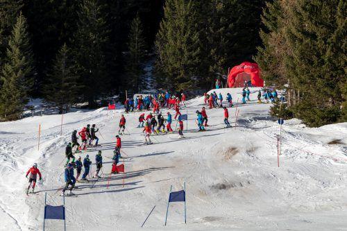 """Die Rennläufer der Bezirksmeisterschaft beim Besichtigen der Strecke in Bürserberg. Es wurden zwei """"faire und anspruchsvolle"""" Läufe gesteckt. SV Gisingen"""