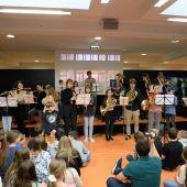 <p>Die Schulband und das BGB-Blasorchester spielten zum Abschied ein Ständchen.</p>