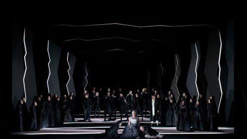 Die schwarz ausgekleidete Bühne und die dunklen oder weißen Kostüme ermöglichen es Andreas Homoki, eine Art von Zwischenreich zu etablieren. Oper/Rittershaus