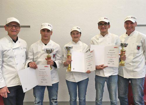 Die Sieger des Wettbewerbs: Furkan Atlas, Claudia Moosbrugger und Melih Gücüko mit Innungsmeister Wolfgang Fitz und Lehrlingswart Martin Broger. wkv