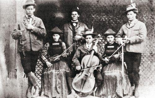Die Streichmusik Stülz um 1880: v. l. Josef jun., Maria, Josef sen,. Michael, Anna Katharina, Jodok.