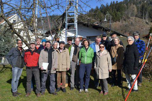 Die Teilnehmer des Baumschnittkurses folgten interessiert den Ausführungen von Nikolaus Peer. BI