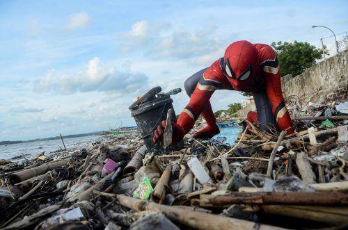 Die ungewöhnliche Kleidung zog sich Rudi Hartono für seine schmutzige Arbeit 2018 das erste Mal an. Reuters