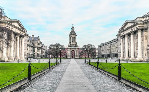 Die Universität in Dublin nach den Vorbildern Oxford und Cambridge gegründet.