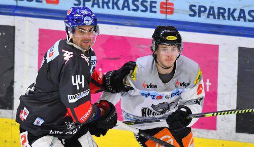 Dornbirn-Stürmer Simeon Schwinger (r.) wird heute wieder mit Innsbruck-Verteidiger Sacha Guimond die Schläger kreuzen. gepa
