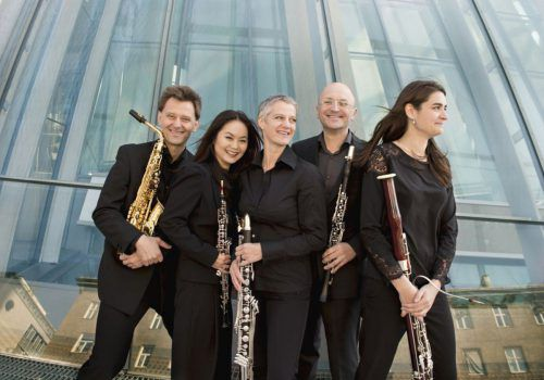 Drei Abende – drei Begräbnisse mit Philosophie, Musik und Architektur im Alten Hallenbad Feldkirch: Das Vienna Reed Quintet bildet allabendlich den passenden musikalischen Rahmen dazu.nancy horowitz