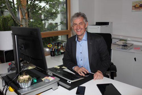 Edgar Natter verabschiedet sich aus dem Direktorszimmer der Altacher NMS.Mäser