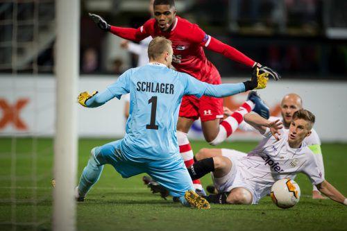 Ein starker Rückhalt im LASK-Tor. Teamkeeper Alexander Schlager rettete einige Male, im Bild gegen Myron Boadu, rechts Philipp Wiesinger.ap